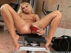 This is one of the days, when the gym is fucking empty. This sexy babe Kissy gets naked and starts playing with her tight pussy.