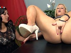 Anna joy and Veronica Knocks make some lesbian love in the office. They undress and then the blonde gets her pussy licked. After that she also gets fisted.
