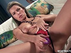 Smashing mature lady satisfying her perfect snatch with a vibrator