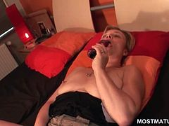 Wide opened mature in leather boots dildoing her fuck hole in bed