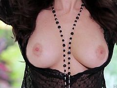 Jaw-dropping brunette Taylor Vixen shows off her tits