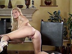 Niki Young fills the hole between her legs with dildo