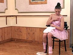 Aftre a jaw-dropping dance performance, ballerina leaves the scene and heads to her hotel, holding the roses that were given to her by a grateful audience. The girl is horny and she is more than eager to play with her juicy pussy for us! Don't miss her solo masturbation action!
