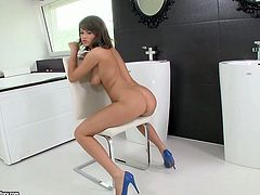 Peppering brunette harlow fingers intensively her shaved vagina