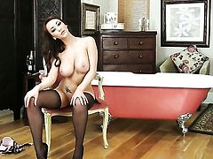 With gigantic boobs and trimmed muff makes her sexual fantasies come true in solo scene