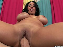 Busty chick Sienna West is here to show what she can do with a cock, and you will definitely appreciate her experience. Bodacious harlot gets into sideways pose and gets her muff fucked hard.