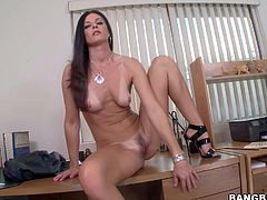 Stunning India Summer stuffs ass with toy