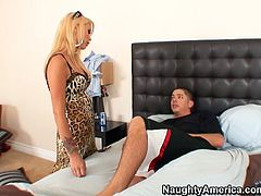 Cougar Monique Alexander seduces Alex Gonz for passionate sex