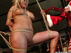 This blonde whore is good at getting into troubles. This time she is bound hand and foot for punishment. Damn, her chest is worth salivating over!