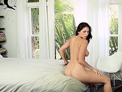 What a divine and sexy brunette chick Carlotta Champagne is! Babe gets naked and starts showing off her delicious shapes. Man, she is a dream girl.