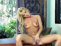 Blonde girlie Niki Young playing with pink twat