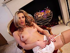 What a charming and steaming hot babe Sophia Knight is! Babe gets naked and starts showing off her deliciously hot body!