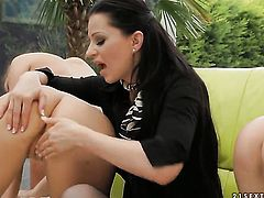 Brunette Tera Bond gets her fuck hole stretched by lesbian Queenie