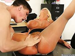 Bruce Venture plays hide the salamy with Exotic Alura Jenson