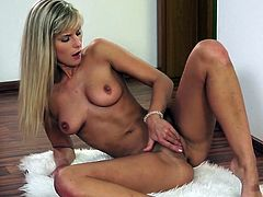 Superb blonde Marry Queen amazes with her sexy forms in alluring solo session
