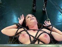 Somehow this sizzling babe enjoys being painsulted and it even makes her reach orgasm. Lorelei Lee, the famous mistress, is going to make her stun!