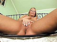 Jessica Moore is in the mood for masturbating