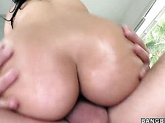 Latina Cassandra Cruz with big ass gives tugjob to one lucky guy