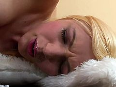 Blonde cant live a day without toying her pussy hole
