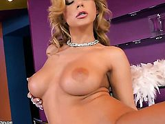 Blonde cant live a day without toying her hole