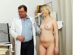Blonde Grace loves feeling ehr shaved gtwat getting stretched so fine by the doc