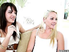 Natalie Heart with bubbly bottom enjoys Roxxi Silvers fingers deep inside her pussy