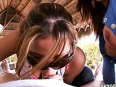 Lexxxi Lockhart with phat bottom gives Nena Lindas muff pie a lick