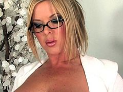Christine Vinson loves to pose nasty and amaze with her solo cam shows