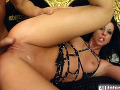 Dude bones a fuckin' brunette in her gash and shoots all the cum inside it giving her an amazing creampie that you wanna lick off.