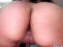 Alexis Breeze with juicy bottom gives head