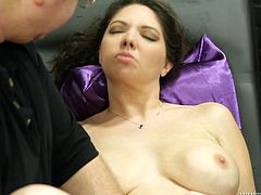 Kiki Daire is pleased by fucking machines
