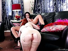 Kirsten Price finds Justine Jolie sexy and sticks her fingers in her muff