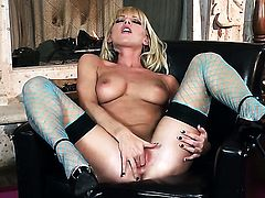 Niki Young is full of passion to fuck herself with toy