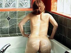 Big assed red haired tootsie Kiki Vidis fingerfucks hard in bath