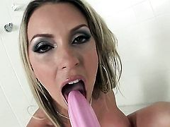Courtney Cummz kills time dildoing her hole for camera