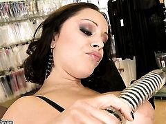 Liza Del Sierra with big melons is on the way to the height of pleasure in solo action