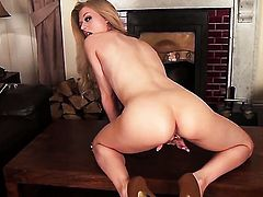 Michelle Moist cant stop touching her muff pie