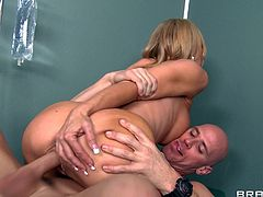Watch Dr. Amber Lynn having fun with this patient's big fat cock in this hardcore scene where she blows him before being nailed.
