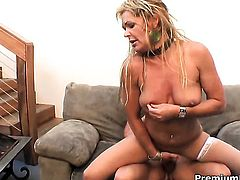 Kelly Leigh satisfies her sexual desires