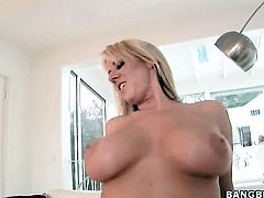 Carolyn Reese with round bottom does to make man bust a nut after stroke job