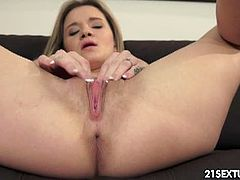 Angel Piaff toys her pussy