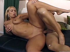 Bootylicious MILF Mellanie Monroe rides her lover's dick like a cowgirl