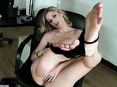 Blonde Marilyn Cole cant live a day without dildoing her honeypot