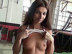 Petite reality amateur flashing her little boobs in the gym