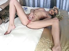 Unbelievably sexy harlot going solo on camera