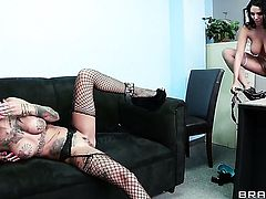 With massive breasts opens her fuck box to take snake