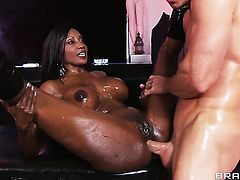 Johnny Sins fucks Diamond Jackson as hard as possible in anal sex action before she gives mouth job