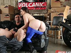 Dirty Lola can't wait to get to the garage where a horny partner is expecting her. They are very passionate and the guy makes comfortable on the couch, while the hungry brunette shows him her wonderful tits and crazy buttocks. Click to see the Hispanic slutty babe sucking cock!