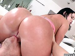 Perfect ass girl gets a sex massage