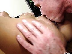 Sex crazed hoochie feels great with Peter Norths ram rod in her mouth